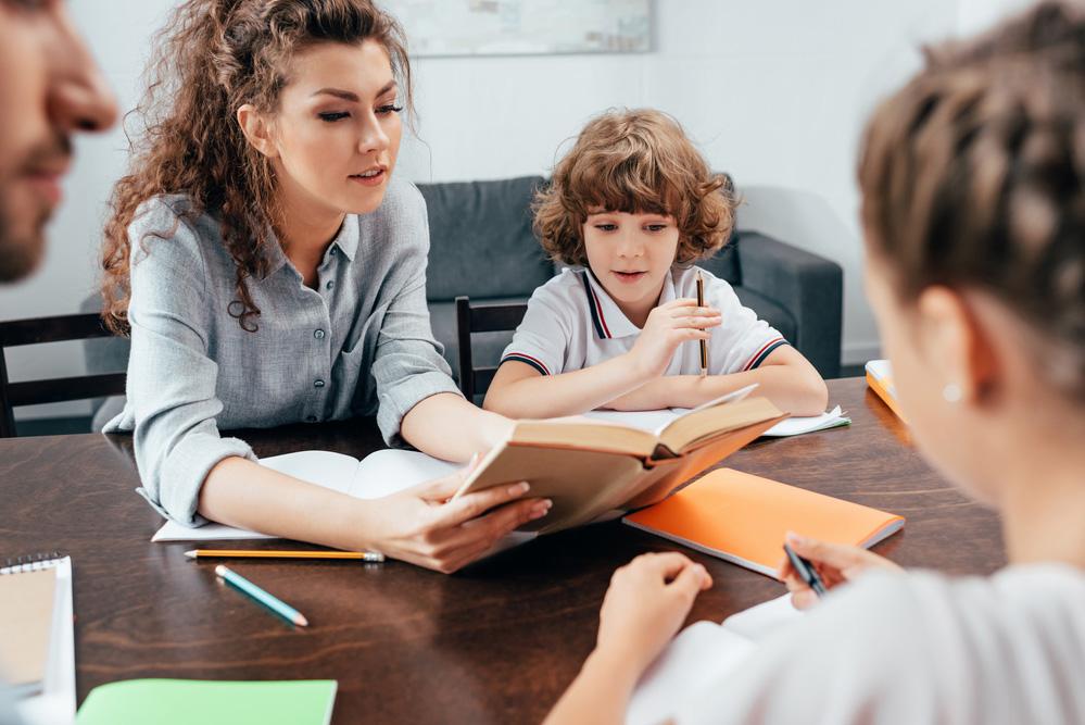 Асистент вчителя та асистент дитини виконують різні функції та мають різні обов'язки – роз'яснення МОН