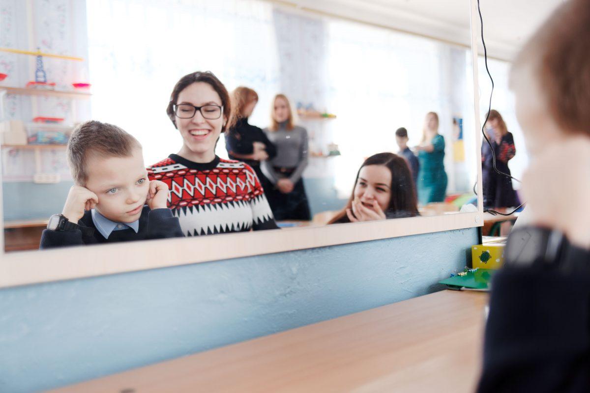 """""""Разом ми створюємо людину"""". Як у київській школі працюють з інклюзією"""