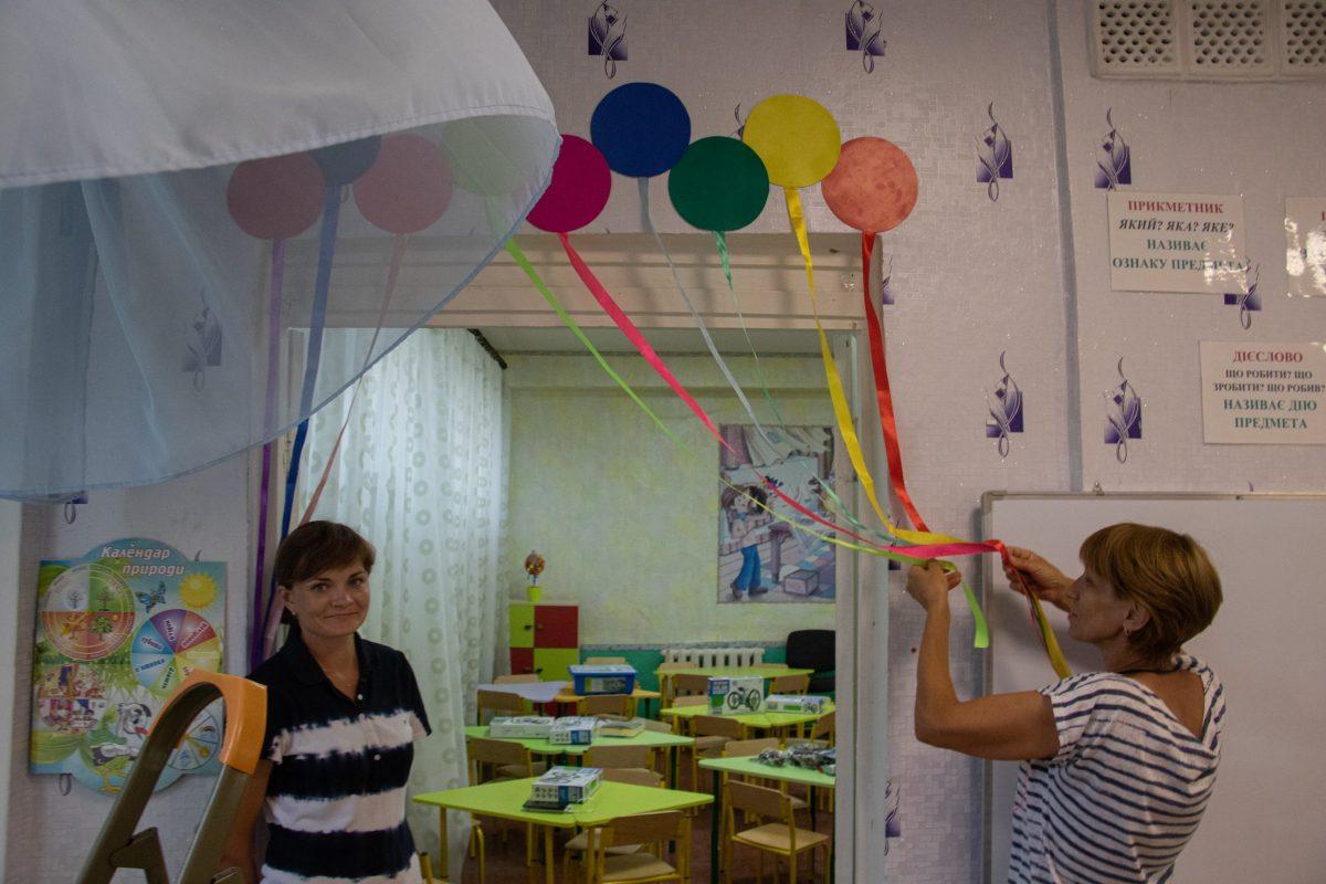 Шкільні вчителі готують приміщення дитячого садочку до 1 вересня
